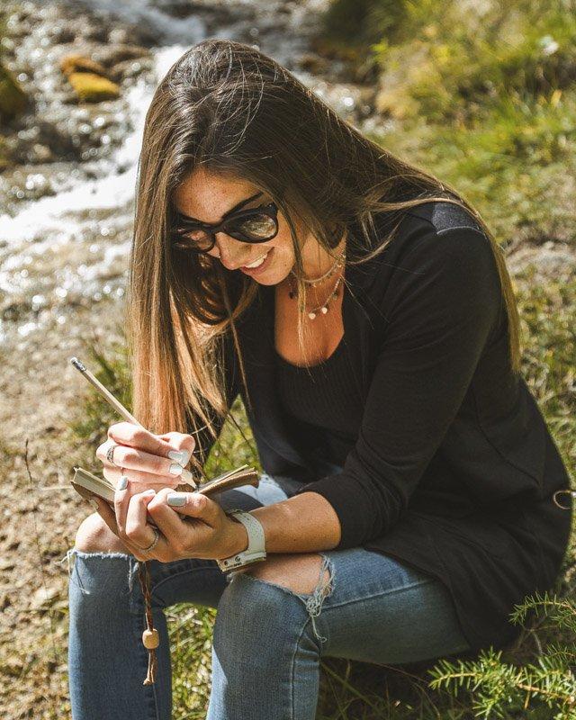 Le Dolomiti del Comelico raccontate da Aterema - lei si rilassa sul fiume