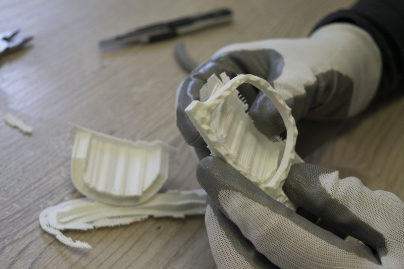 Azienda sostenibile - rimozione supporti dal prototipo stampato in 3D