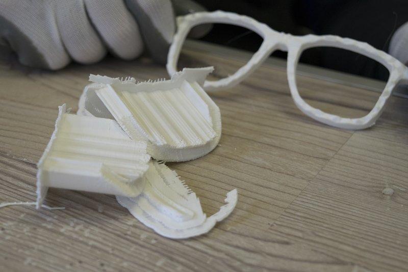 Azienda sostenibile - rifinitura prototipo occhiali stampati in 3D