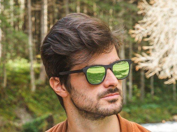 occhiali a specchio indossati da un modello