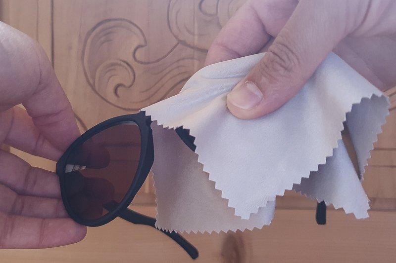 pulizia occhiali con panno in microfibra