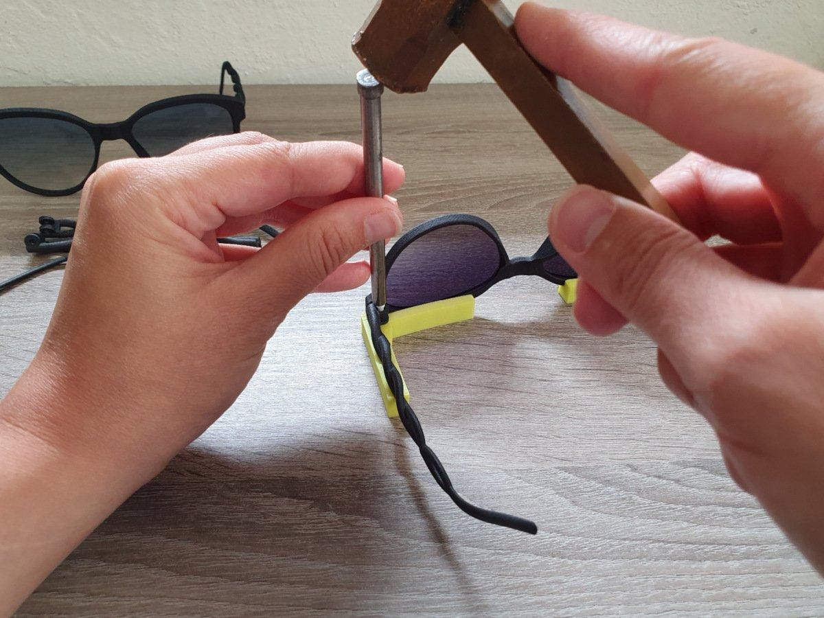 fase di assemblaggio artigianale degli occhiali aterema modello intreccio
